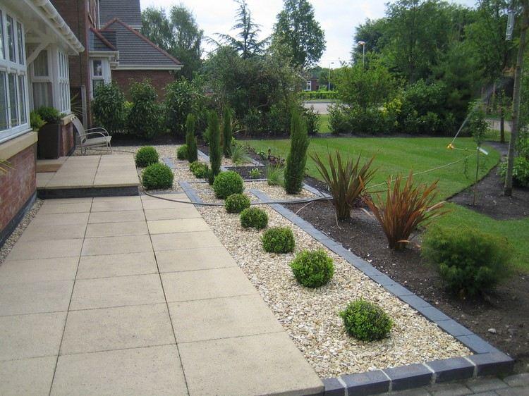 aménagement-petit-jardin-buis-boule-symétriques-accès-maison-dalles ...