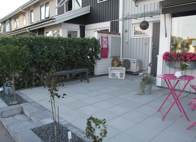 aménagement-petit-jardin-terrasse-dalles-fleurs-pots-accrochés-table ...
