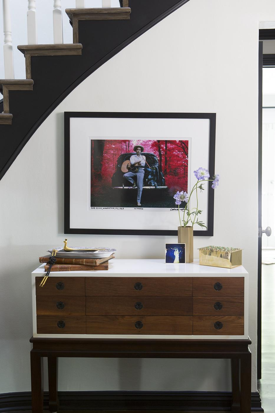 Entryway-table-with-objets-dart