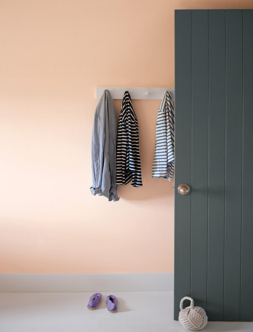 Hanging-wall-hooks-in-a-peach-entryway